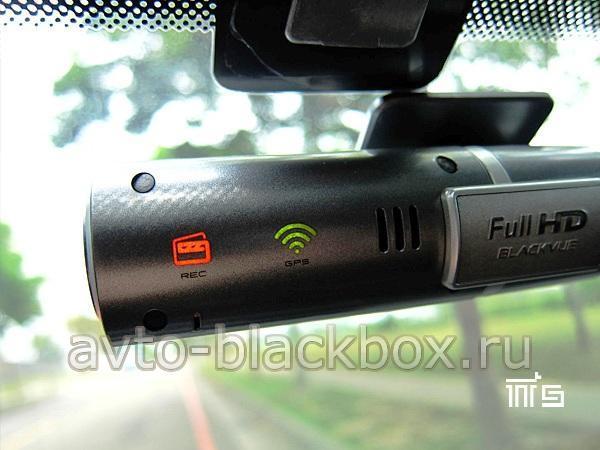 Видно, что горит индикатор GPS зеленого цвета на корпусе видеорегистратора BLACKVUE DR400G
