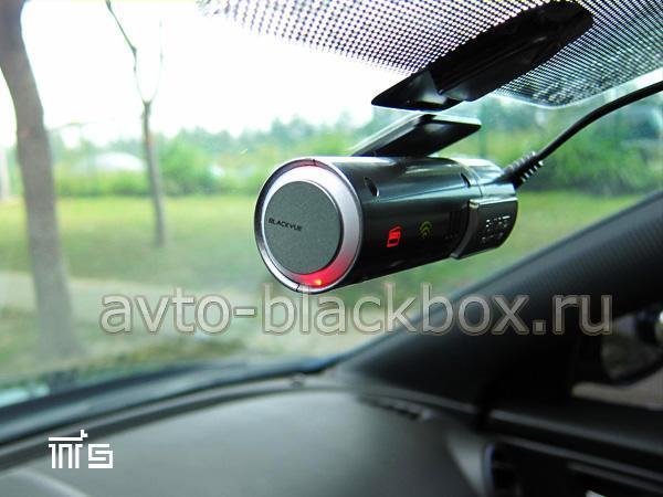 Видеорегистратор BlackVue DR400G HD ведет запись - горит красный кольцевой индикатор