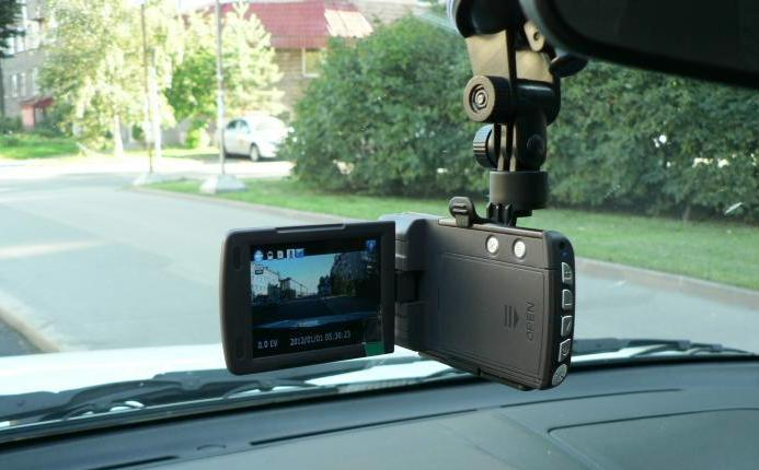 Внешне автомобильный видеорегистратор мало чем отличается от бытовой видеокамеры