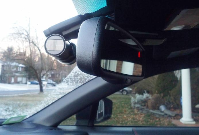 Автомобильный регистратор BlackVue DR500GW-HD Wi-Fi в салоне, легко спрятался за зеркалом заднего вида