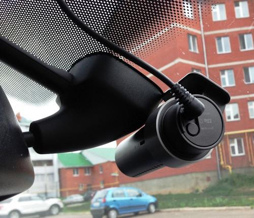 регистратор BlackVue DR500GW-HD Wi-Fi закрепленный на лобовом стекле