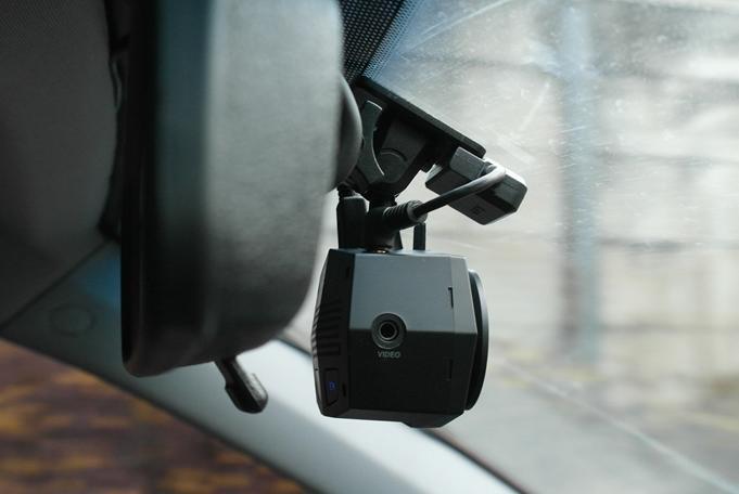 Фронтальная камера FineVu CR-2i FullHD на лобовом стекле автомобиля