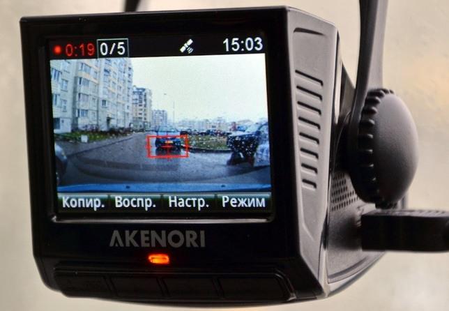 Дисплей видеорегистратора Akenori 1080 X достаточно большой, чтобы различить необходимые детали на экране