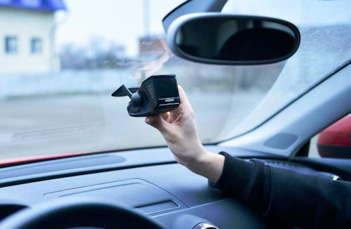 """Вот как выглядит в авто закрепленная на кронштейне камера """"Akenori 1080 X"""""""