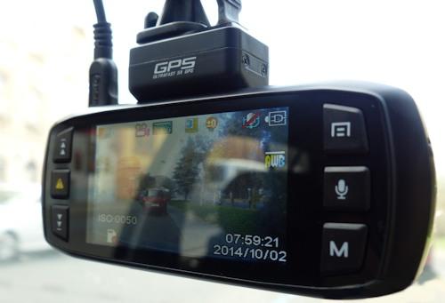 Автомобильный регистратор DOD LS460W оснащен цветным дисплеем