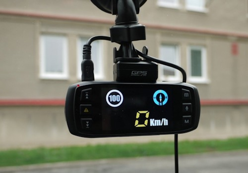 """На экране видеорегистратора """"DOD LS460W"""" скорость и направление движения в виде компаса"""