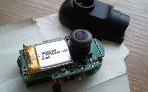 Здесь аккумулятор небольшой емкости - 100 мА/ч, что вполне достаточно для бесперебойной видеозаписи в течение нескольких минут